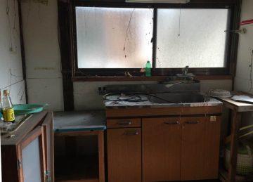 昔ながらの狭いキッチン