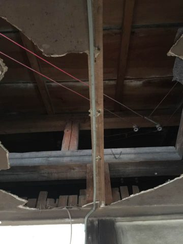 天井に穴が!