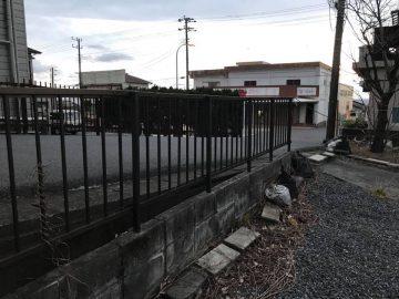 道路に面した部分には柵があります。