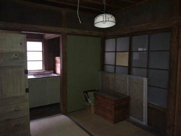 2階部分 6畳のお部屋の奥はキッチンと3階へ向かう廊下です。