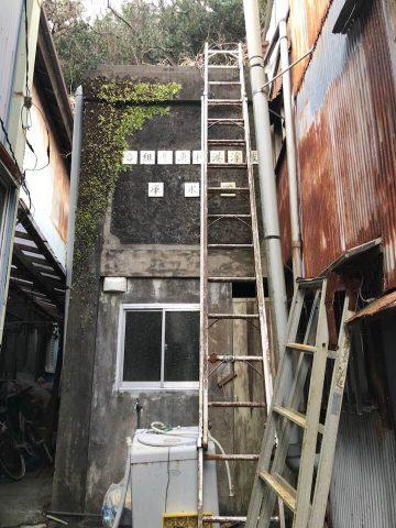 住居の後ろにある昔のコンクリート造の旧貯氷倉庫