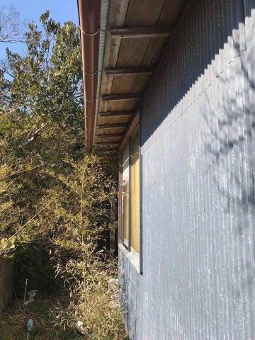 外壁と屋根はトタンです