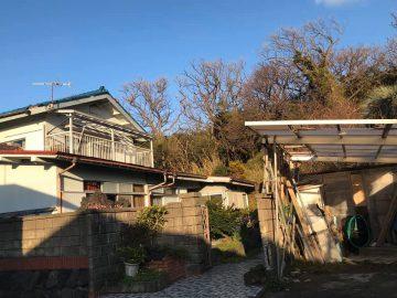元町の少し山側にあるデハライ地区にある木造2階建ての築46年の物件です。 屋根の劣化があり雨漏りするため、屋根の修理工事が必要な物件です。 土地の広さは300.41㎡(約90坪)、建物の床面積は1階77.98㎡、2階22.68㎡です。 現在は荷物がそのまま置いてありますが、引き渡し前に全て撤去します。 購入者が残して欲しいものはそのままご利用頂けます。