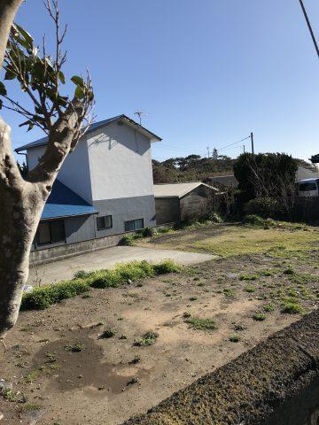 波浮地区にある整地済みの宅地です。 道路からの入り口部分は舗装されているので便利です。