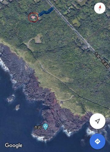 大島の南西部の間伏地区にある4,240坪の広大な山林です。 人気の釣りスポットである「赤岩」へも徒歩圏内のため釣り人には堪らない立地です。 土地の一部が一周道路に隣接しています。 敷地内には家屋が1軒(未登記)ありますが、一部の屋根が飛んでしまい雨漏りしている場所は大幅補修が必要です。 一周道路から家屋までの私道がありますが、現在は草が生い茂り通行できない状況です。 近日中にはこの私道の草刈りを行う予定です。